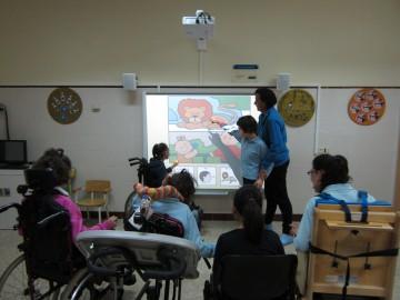 Los alumnos y alumnas del colegio de AVAPACE ya están disfrutando de la pizarra interactiva digital cedida por Confederación ASPACE